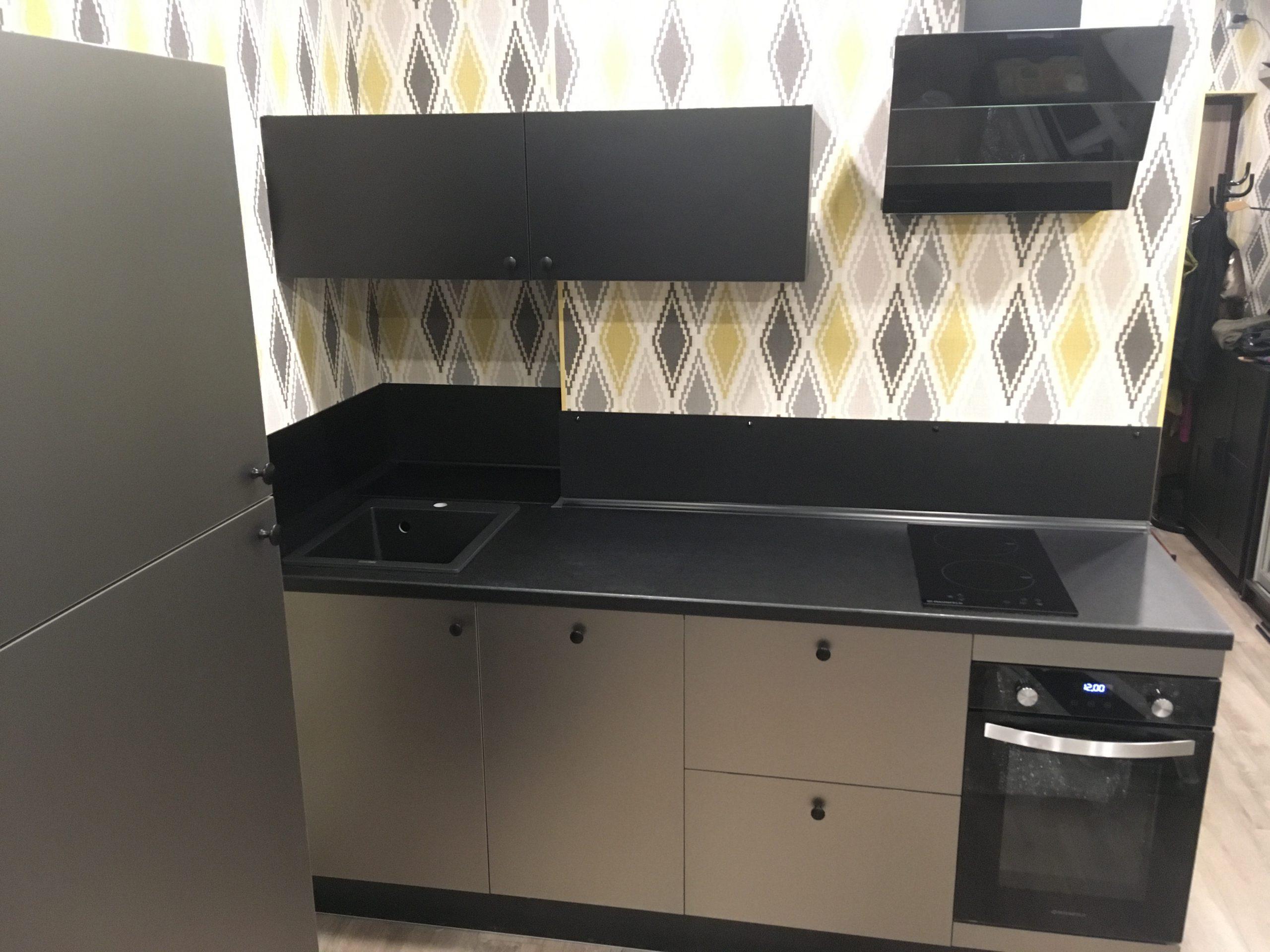 Первое фото Маленькая черная кухня с фасадами стального цвета