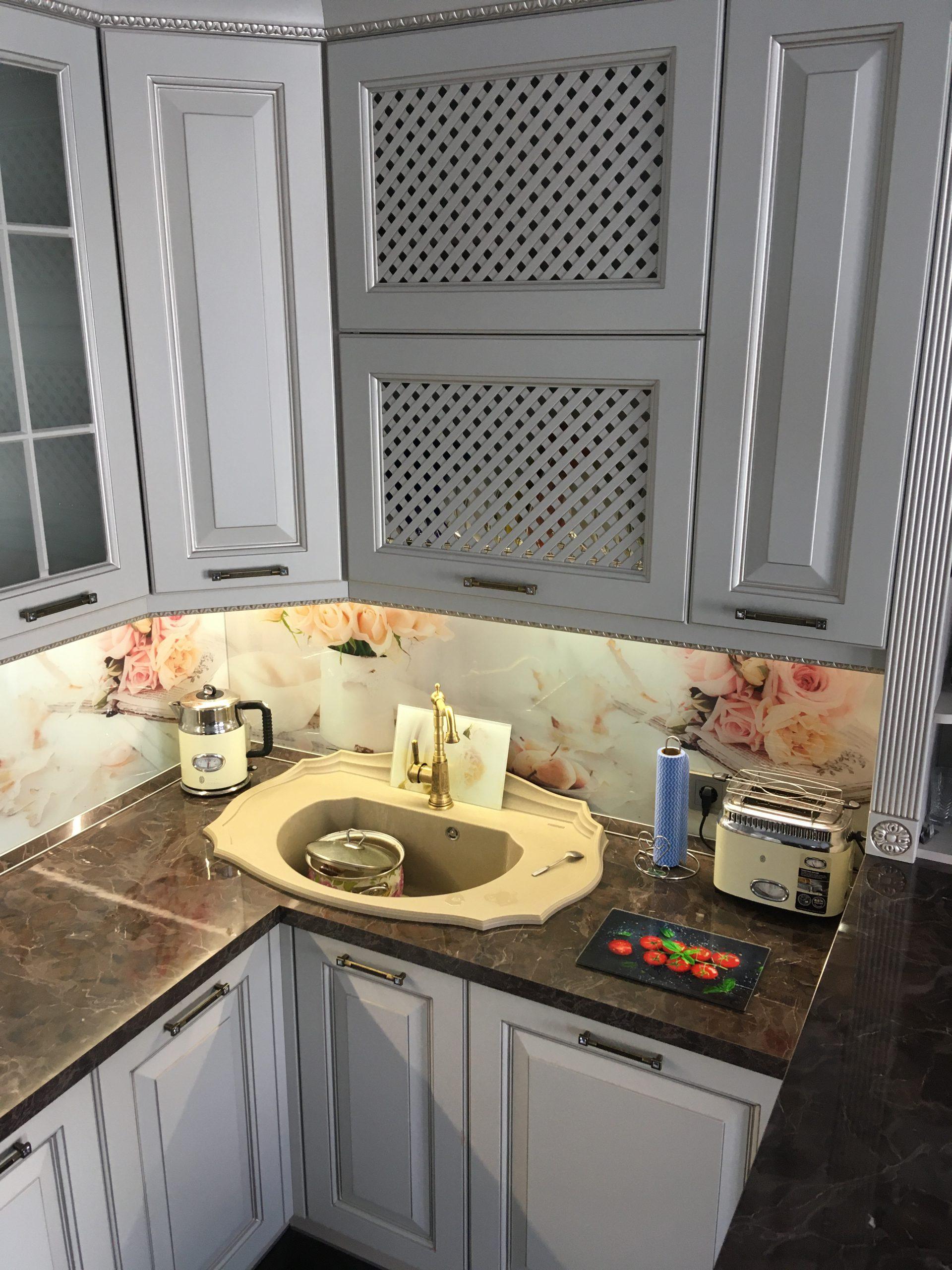 Первое фото Классическая кухня с фасадами цвета кашемир