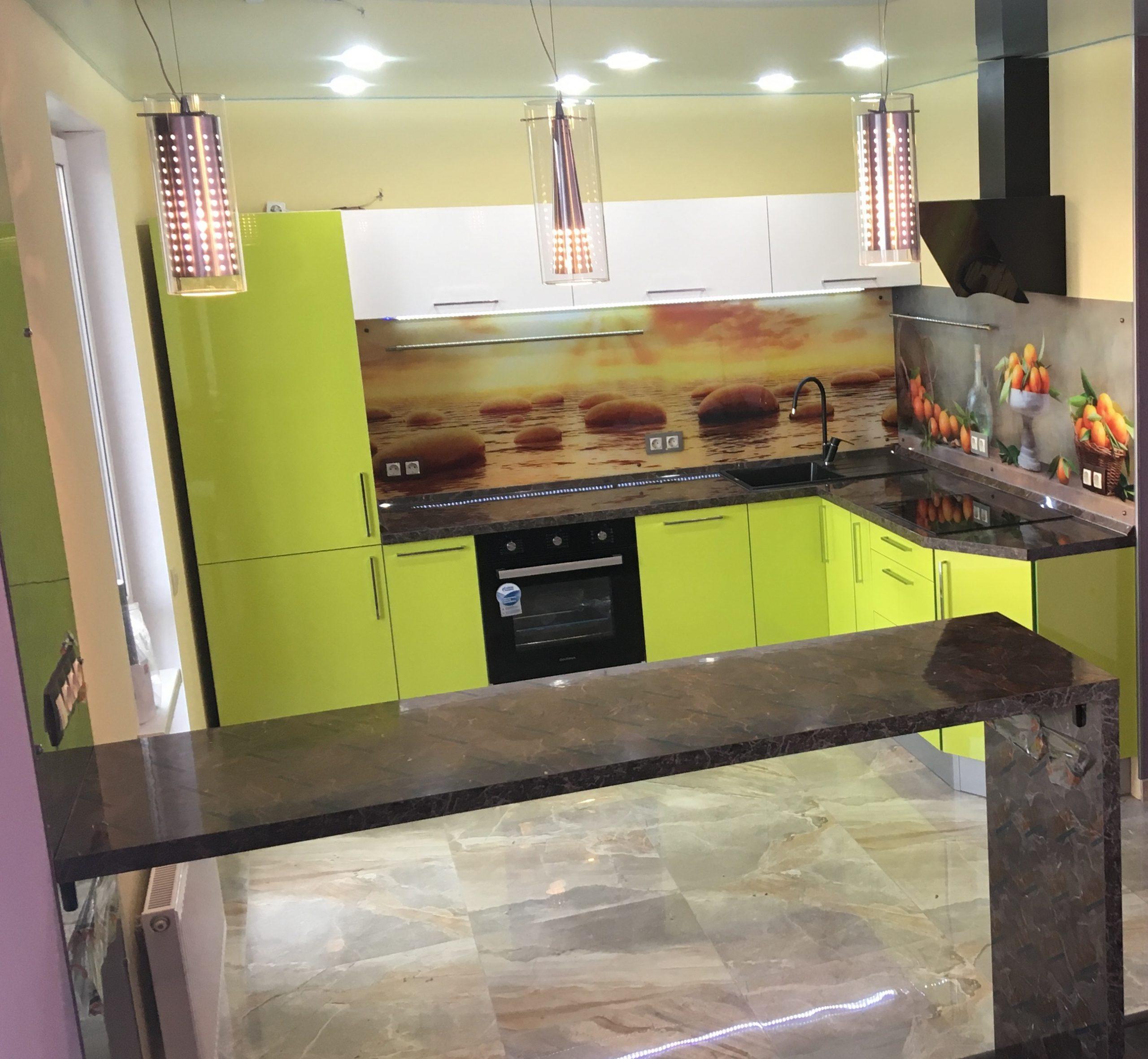 Третье фото Салатовая угловая кухня — яркий дизайн, реальные фото