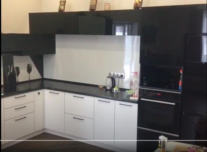 Фото Черно-белая уговая кухня — отзыв
