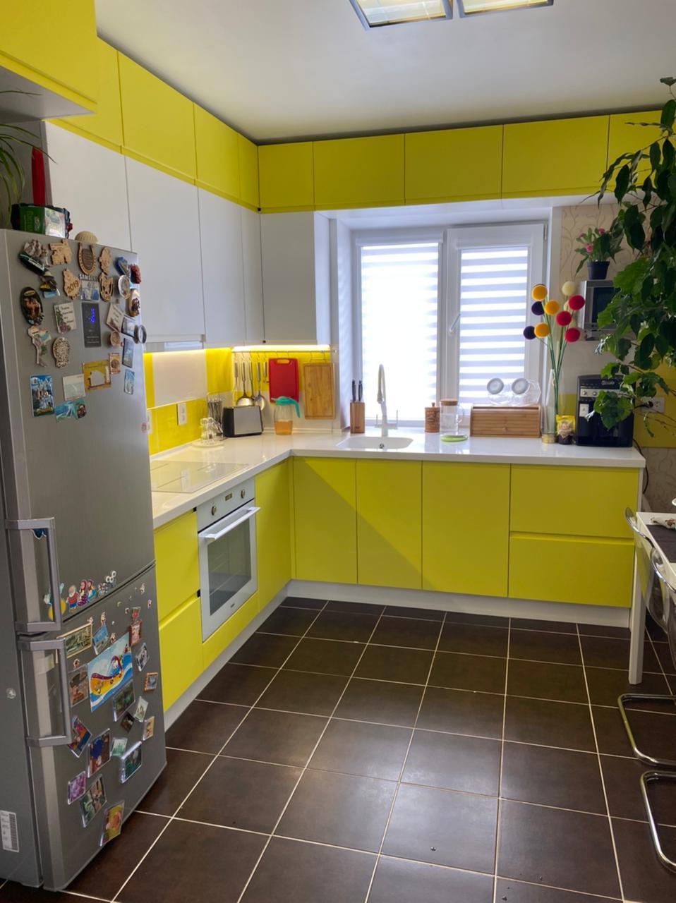 Первое фото Бело желтая кухня под потолок с интегрированными ручками