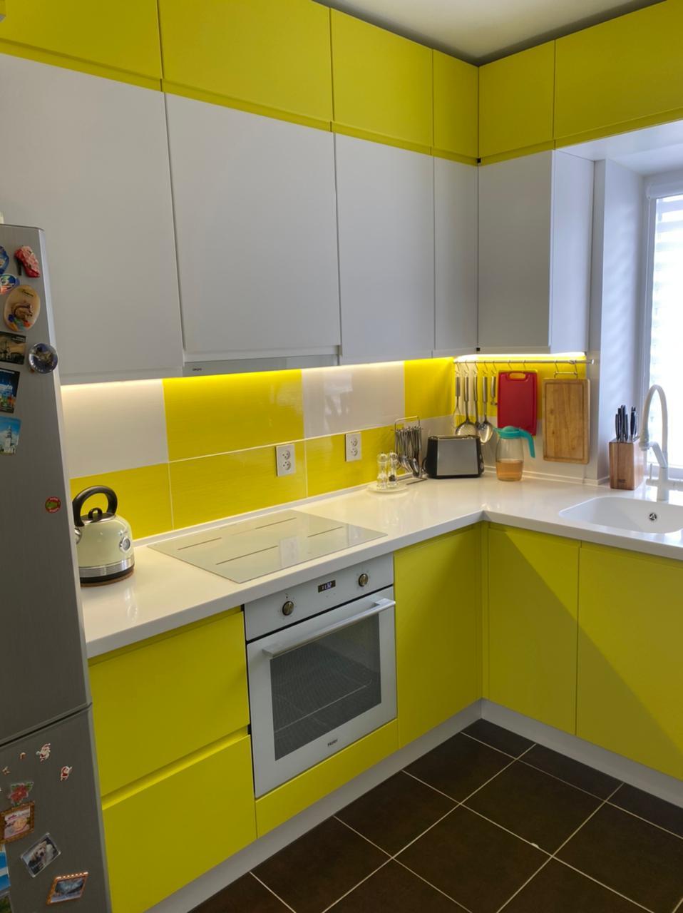 Третье фото Бело желтая кухня под потолок с интегрированными ручками