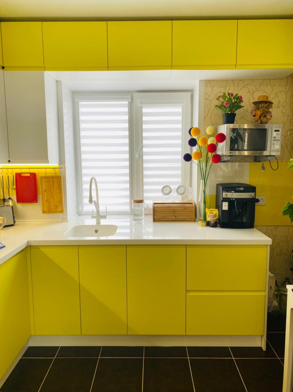Второе фото Бело желтая кухня под потолок с интегрированными ручками