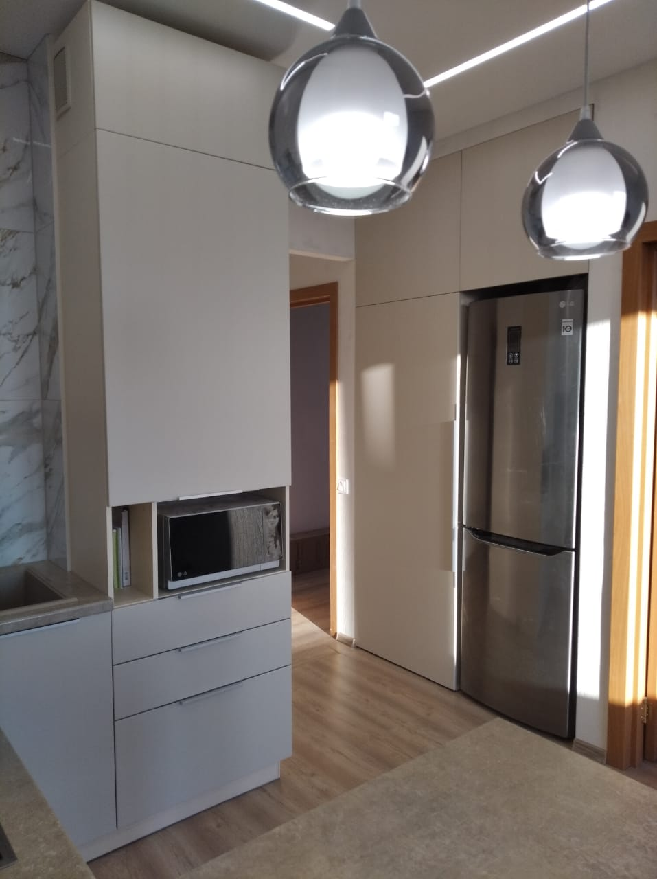 Второе фото Светлая матовая кухня под потолок с пеналами и барной стойкой