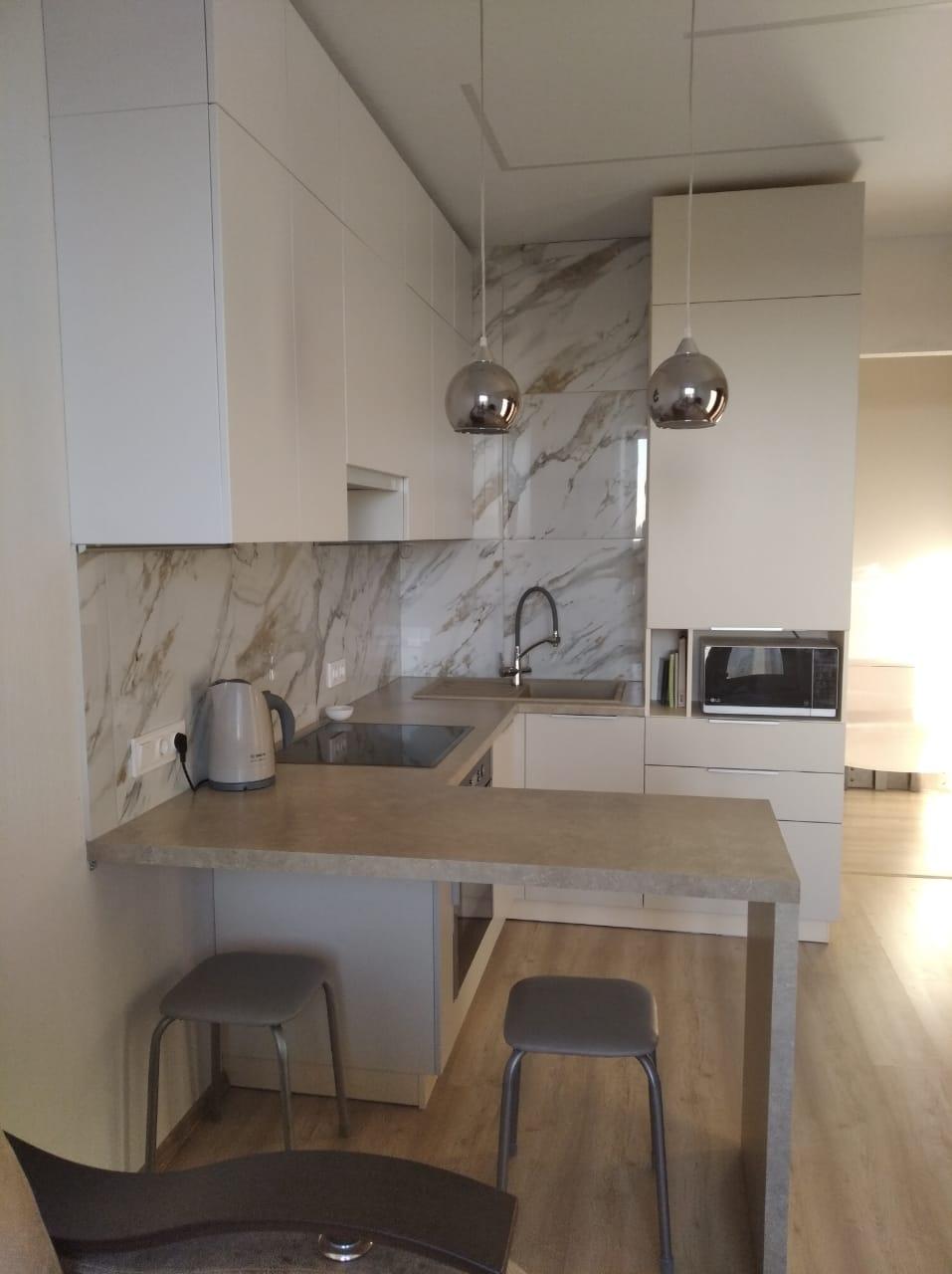 Третье фото Светлая матовая кухня под потолок с пеналами и барной стойкой