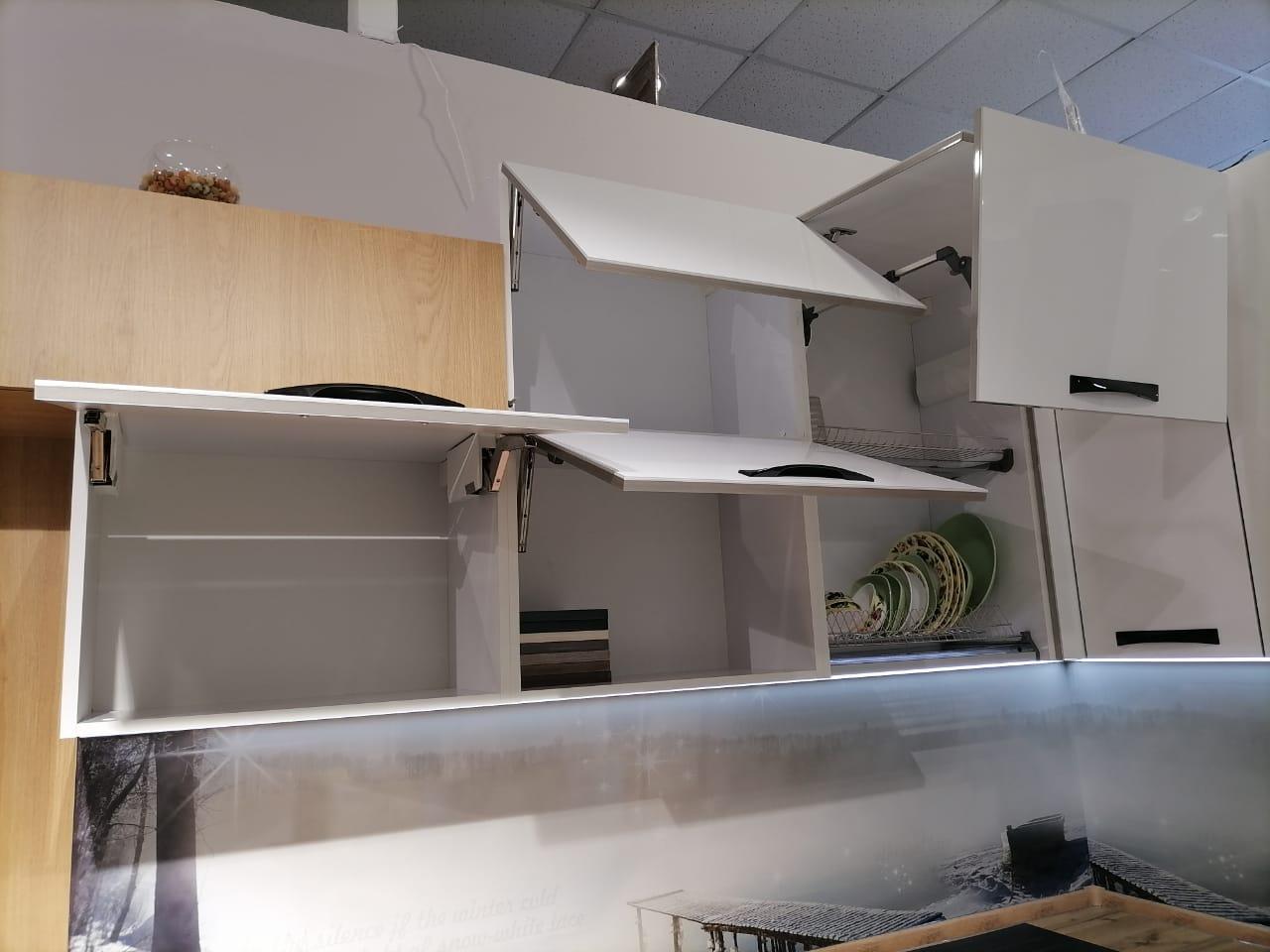 Второе фото Белая глянцевая кухня с барной стойкой