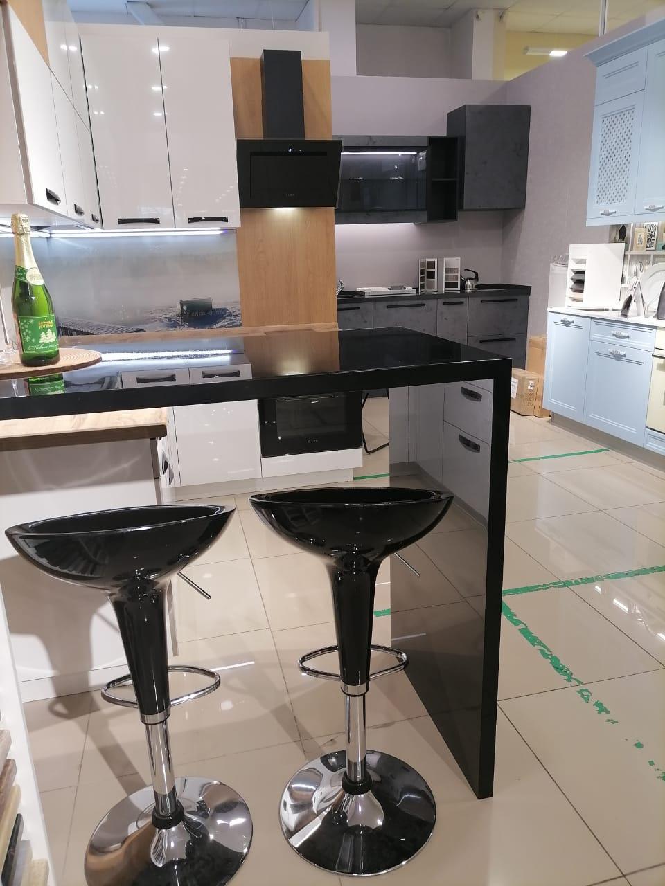 Третье фото Белая глянцевая кухня с барной стойкой