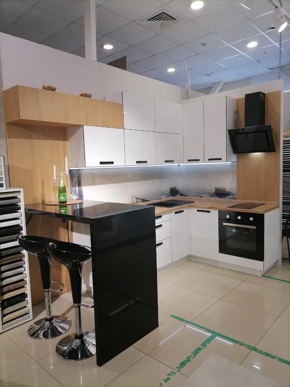 Первое фото Белая глянцевая кухня с барной стойкой