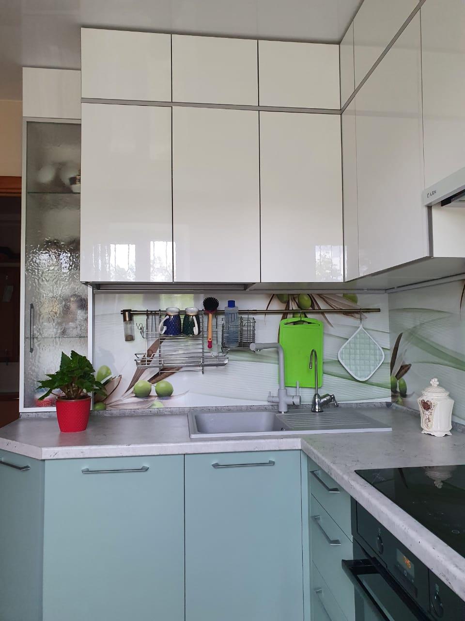 Первое фото Цветная кухня под потолок с фасадами АГТ