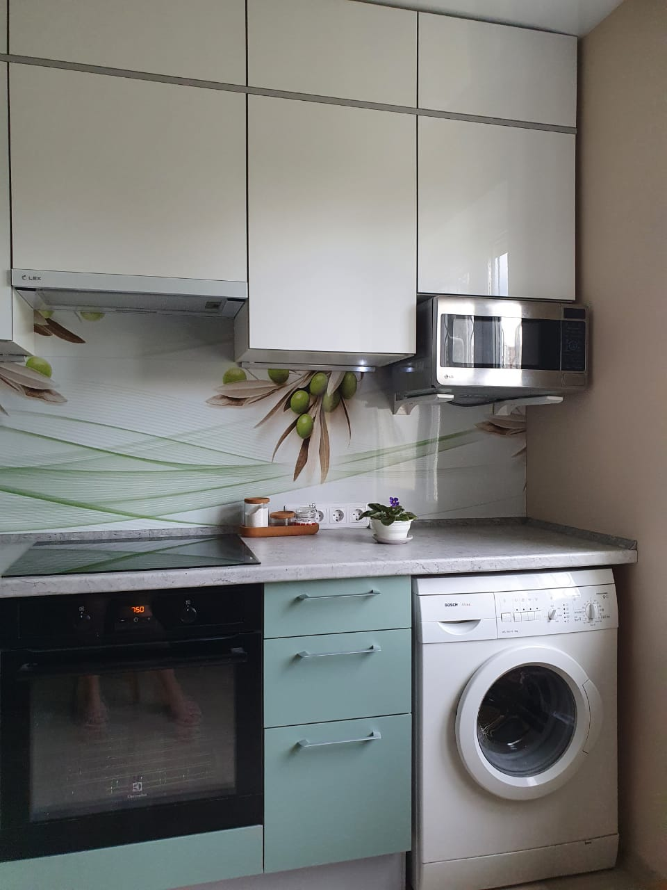 Третье фото Цветная кухня под потолок с фасадами АГТ