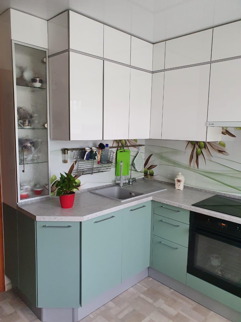 Второе фото Цветная кухня под потолок с фасадами АГТ