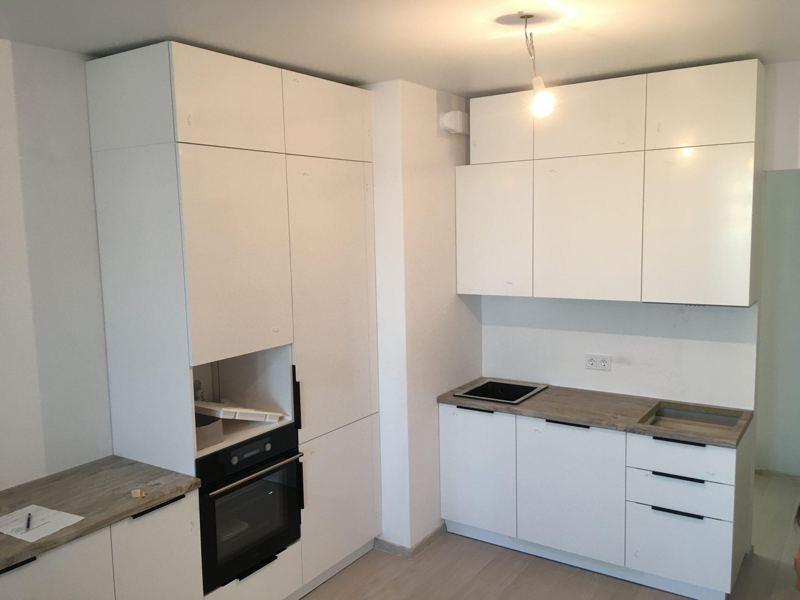 Фото Белая угловая матовая кухня под потолок — отзывы Анны