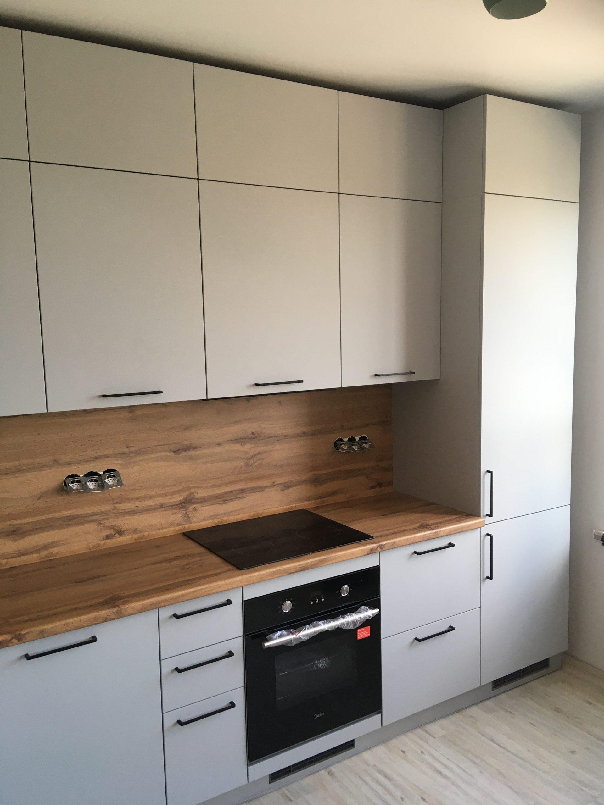 Второе фото Серая кухня с фасадами ПВХ под потолок с антресолями