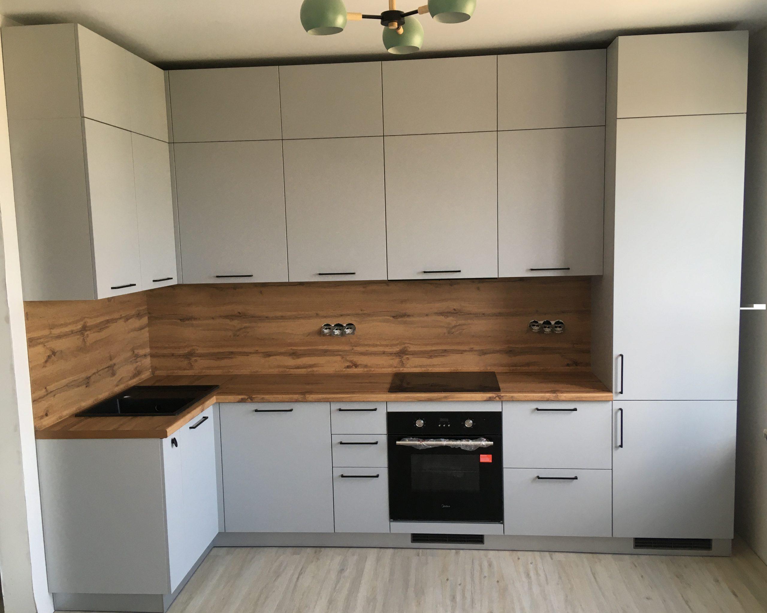 Первое фото Серая кухня с фасадами ПВХ под потолок с антресолями