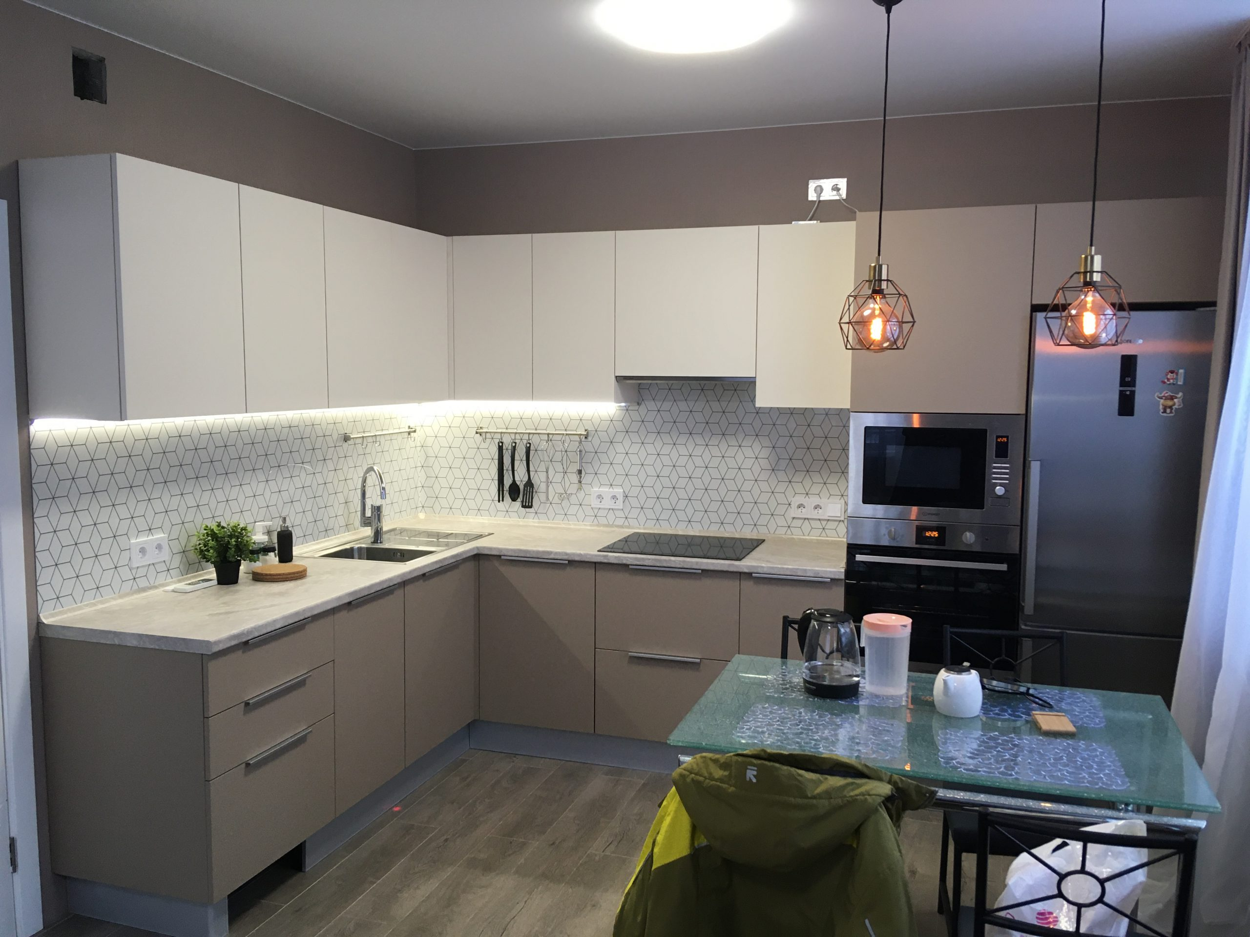 Второе фото Бело кофейная кухня с матовыми фасадами АГТ (Турция) и ПВХ